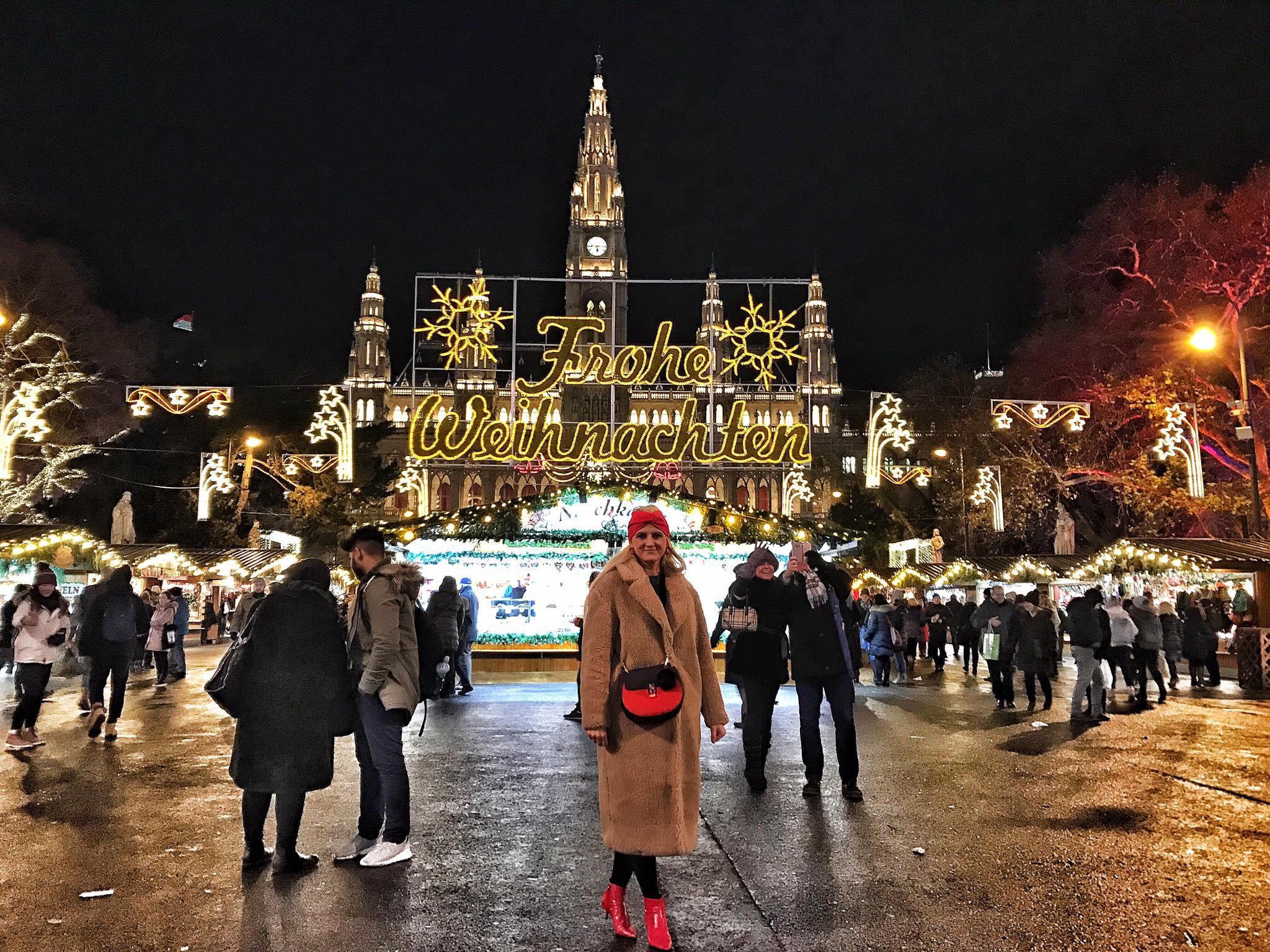 Rathausplatz-Wien-Weinachten-Christkindlmarkt-carrieslifestyle