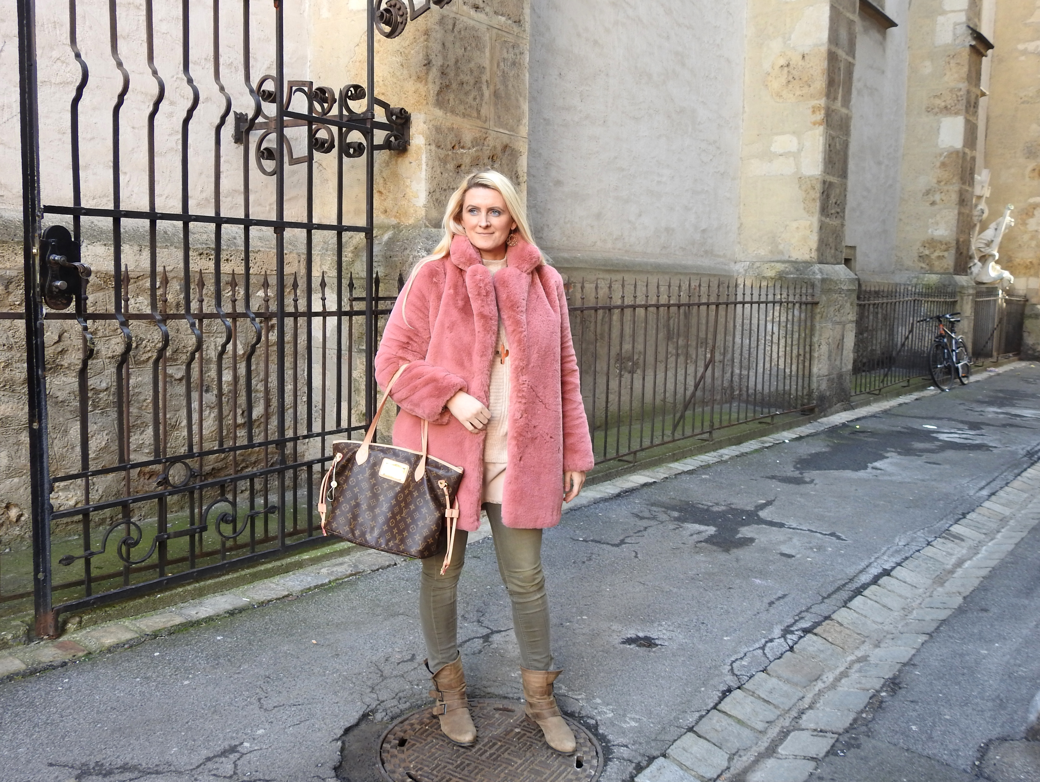 Fake-Fur-Coat-Pink-Denim-carrieslifestyle-Tamara-prutsch-Booties