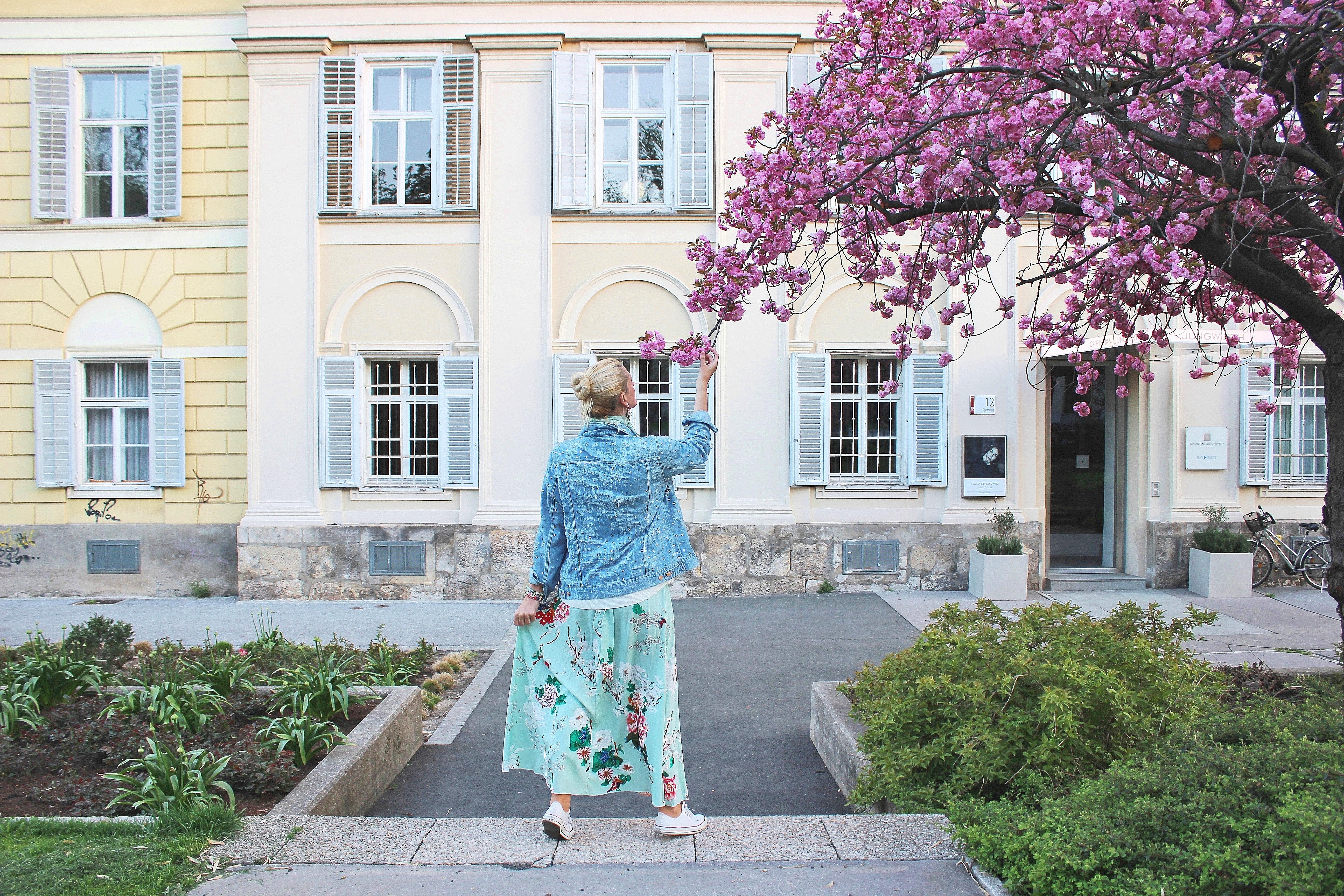Cherry-Blossom-Kirschblüten-Blumenprint-Skirt-Floralprint-Denim-Jacket-Converse-carrieslifestyle-Tamara-Prutsch