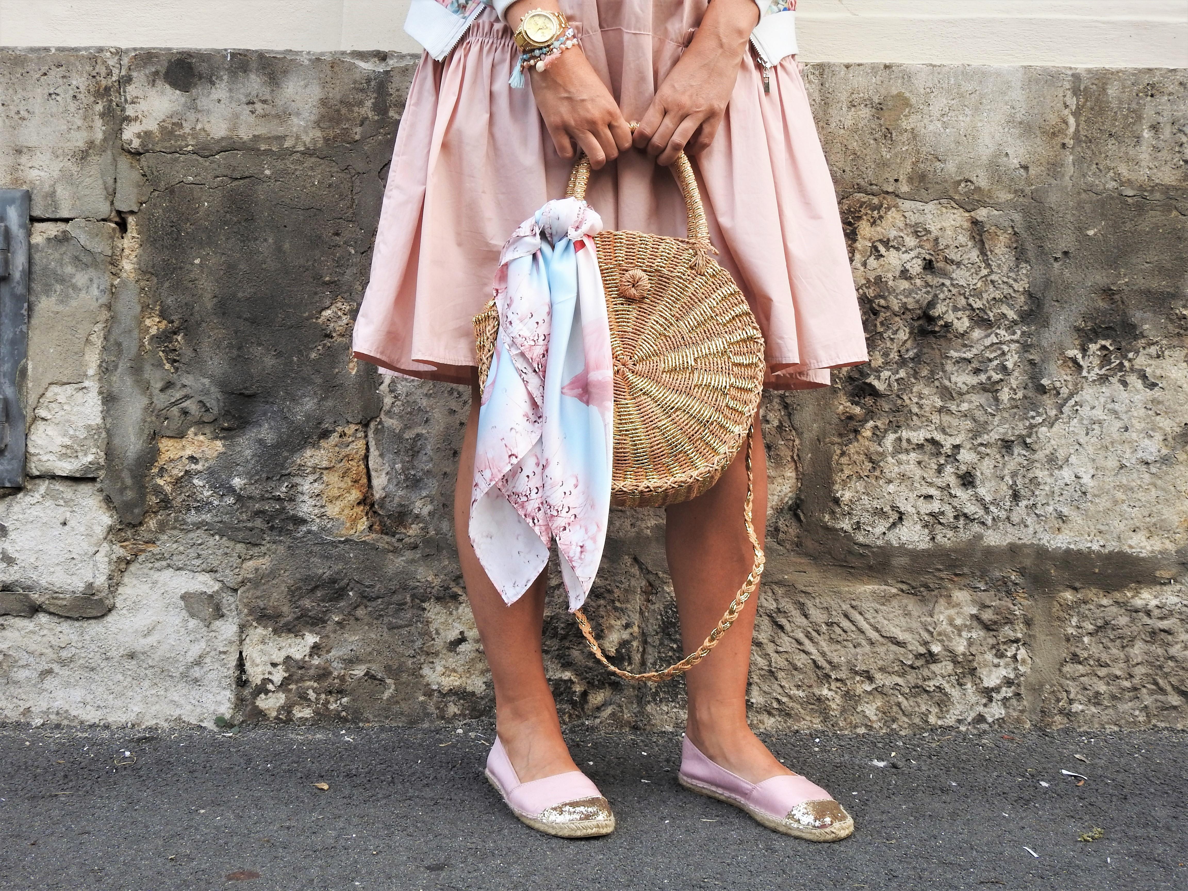 Korbtaschen-Basttaschen-Rund-Pink-Dress-Espadrilles-Pailetten-Gold-Bomberjacket-Floralprint-carrieslifestyle-Tamara-Prutsch