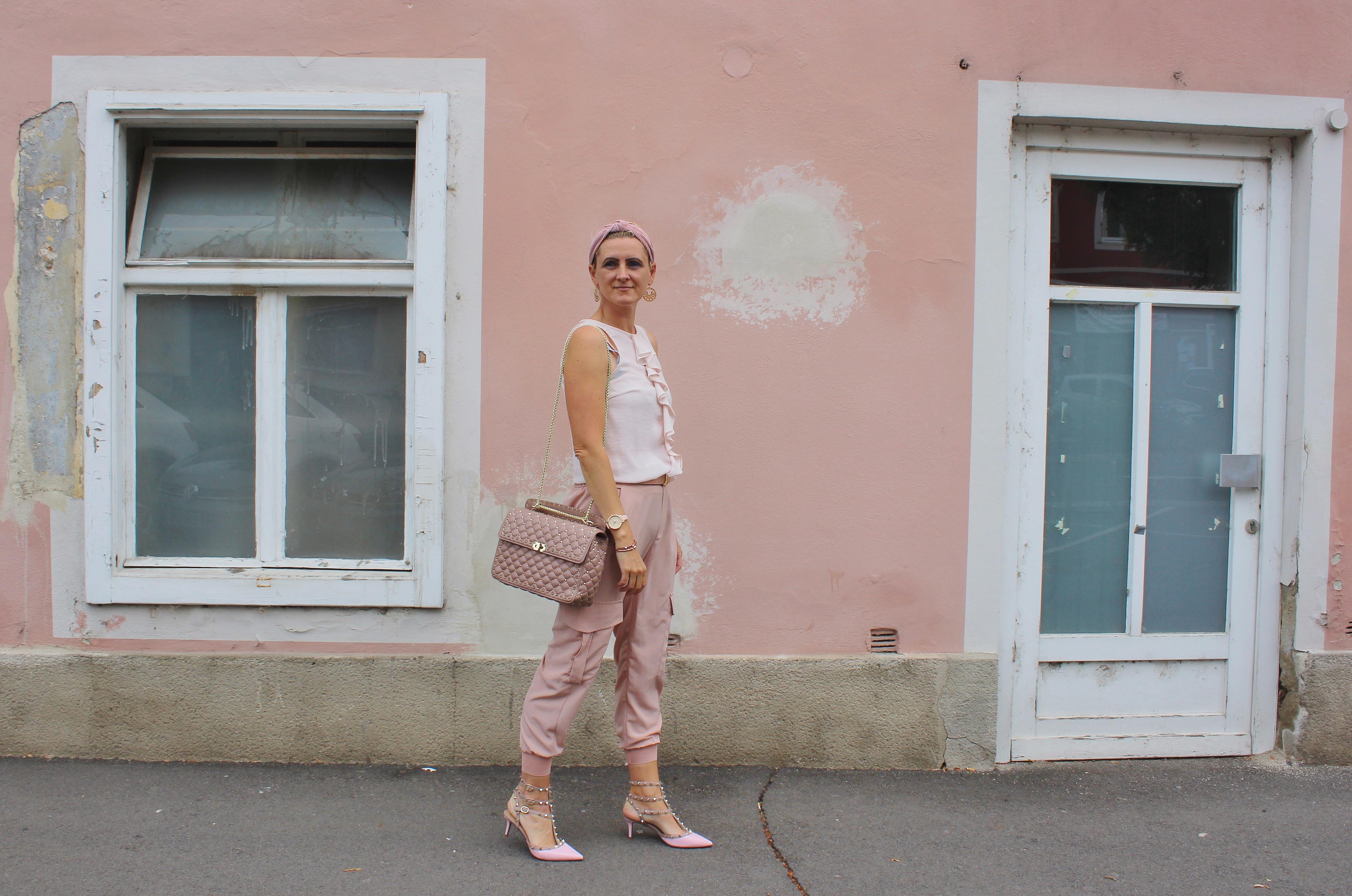 Cargohosen-Trend-pink-Carrieslifestyle-Tamara-Prutsch-Valentino-Rockstuds-Volant-Bluse-Rosa