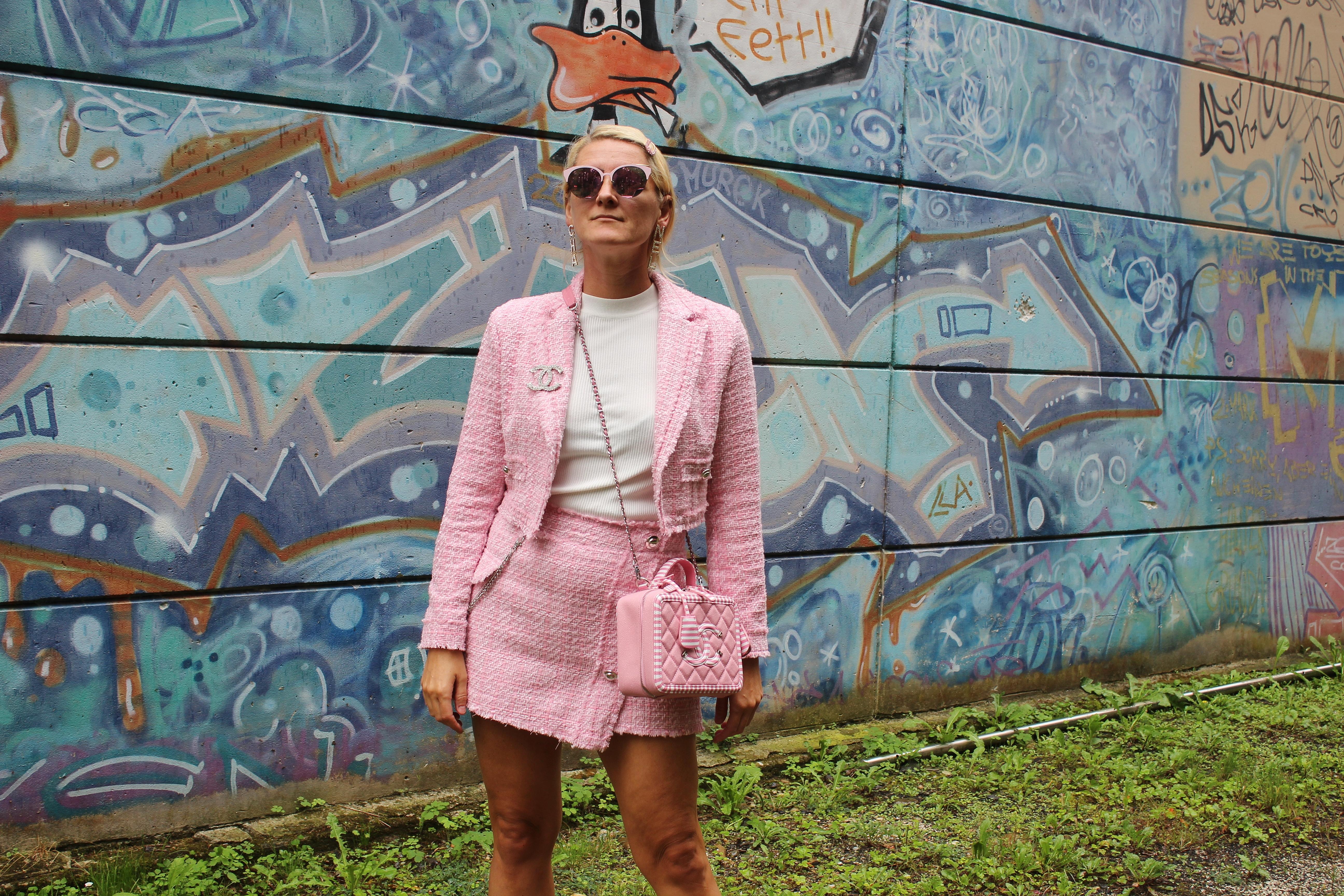 Tweed-Hahnentritt-Chanel-White-Boots-Cruise-Collection-Tamara-Prutsch-carrieslifestyle-