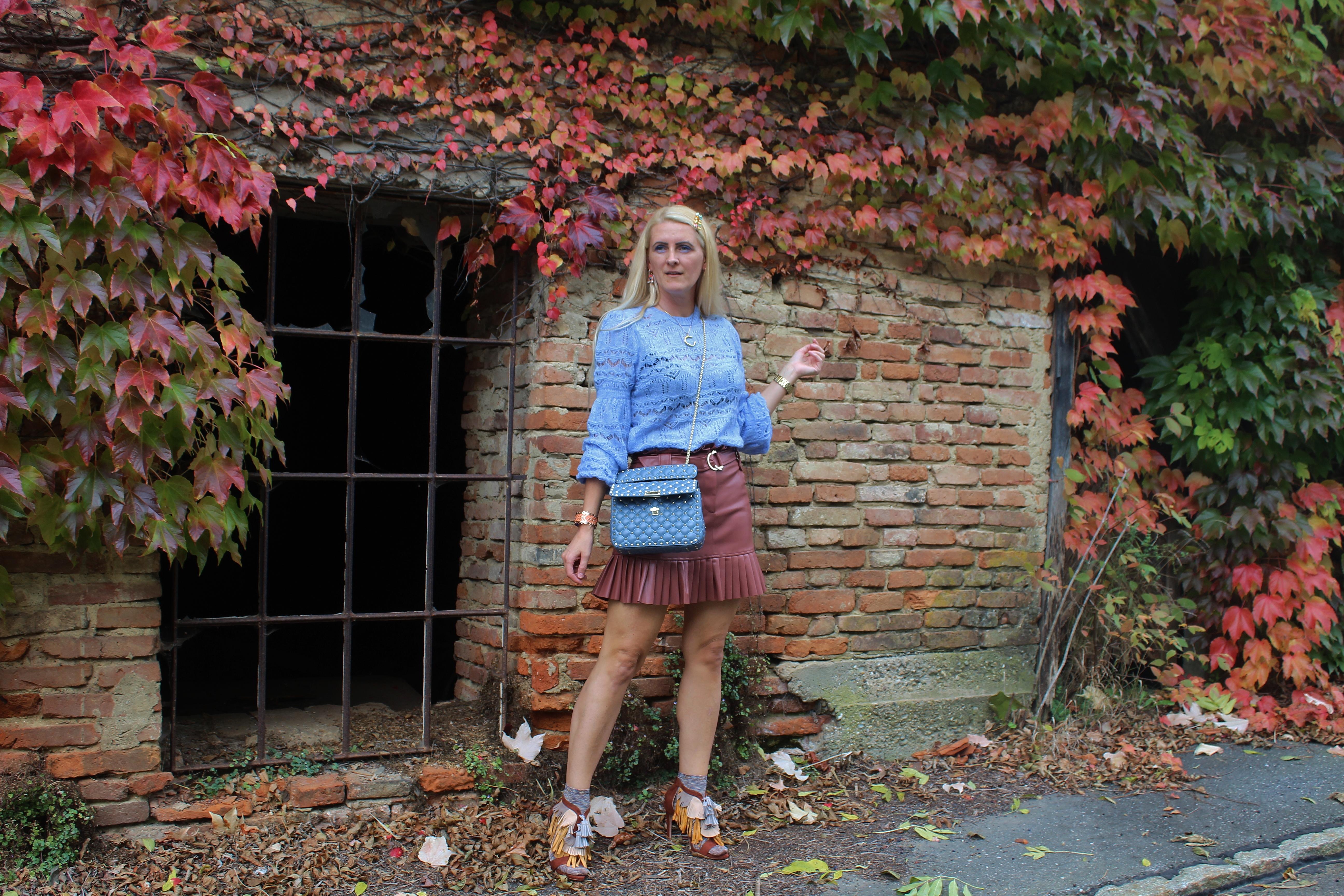 Fringed-Brown-Skirt-Blue-Sweater-Fashionsocks-Sandals-carrieslifestyle-Tamara-Prutsch