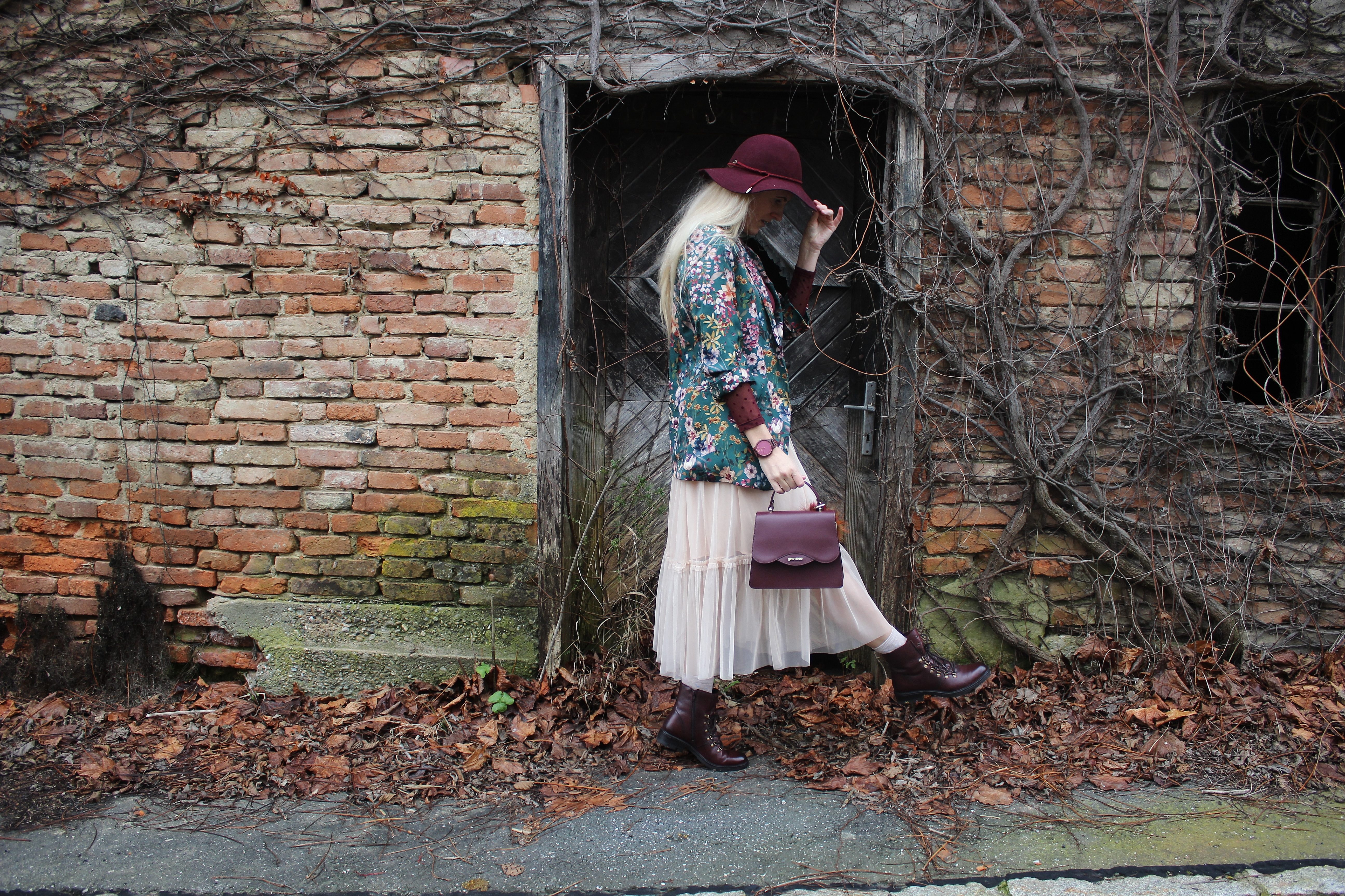 CCC-Shoes-and-Bag-Bloggerstyle-Weinrot-Boots-Blumenprint-Blazer-Tüllrock-carrieslifestyle