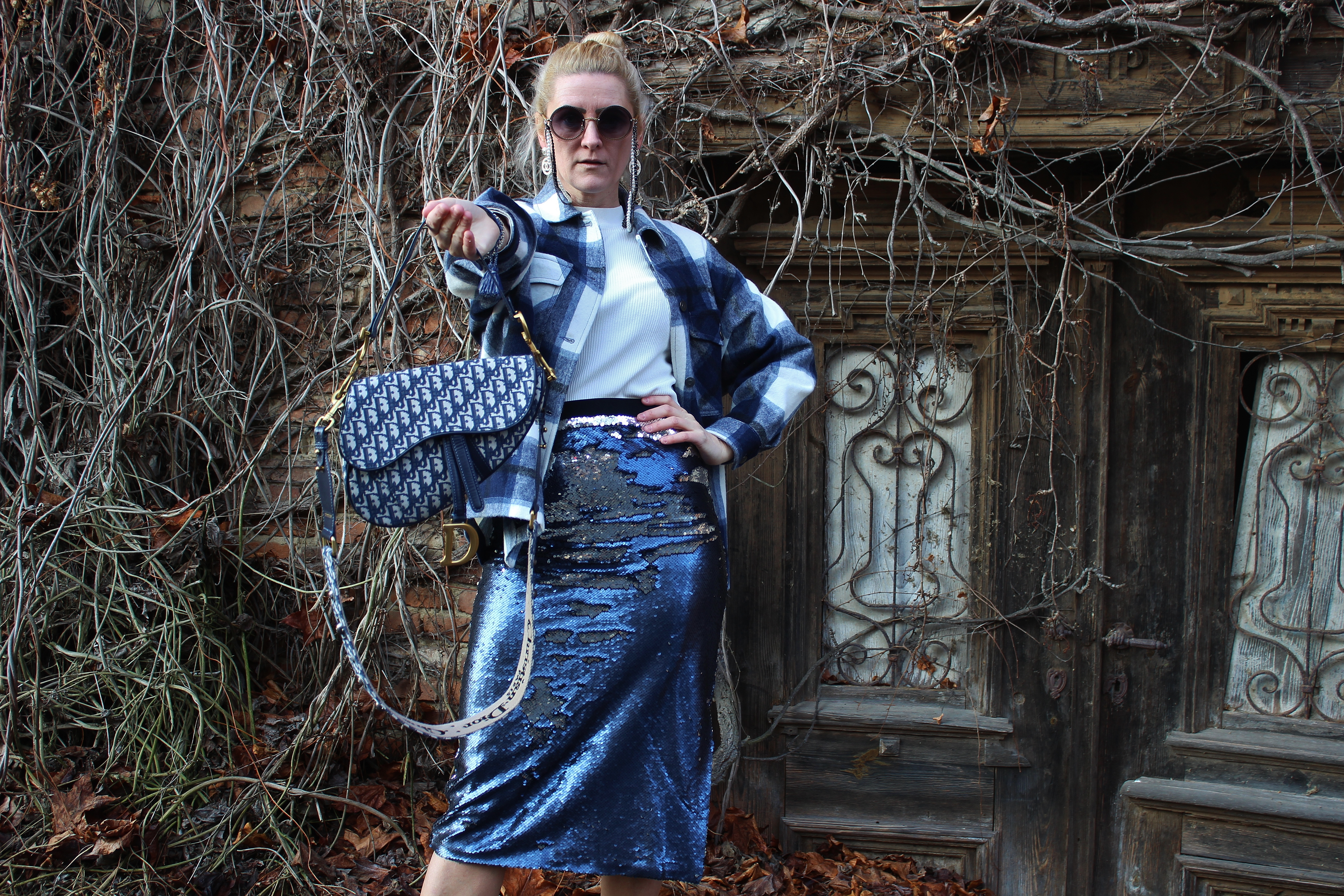 Classic-Blue-Karo-Trends-2020-Trendblogger-carrieslifestyle-Dior-Saddle-Bag-Bloggerstyle-Sequin-Skirt-Paillettenrock
