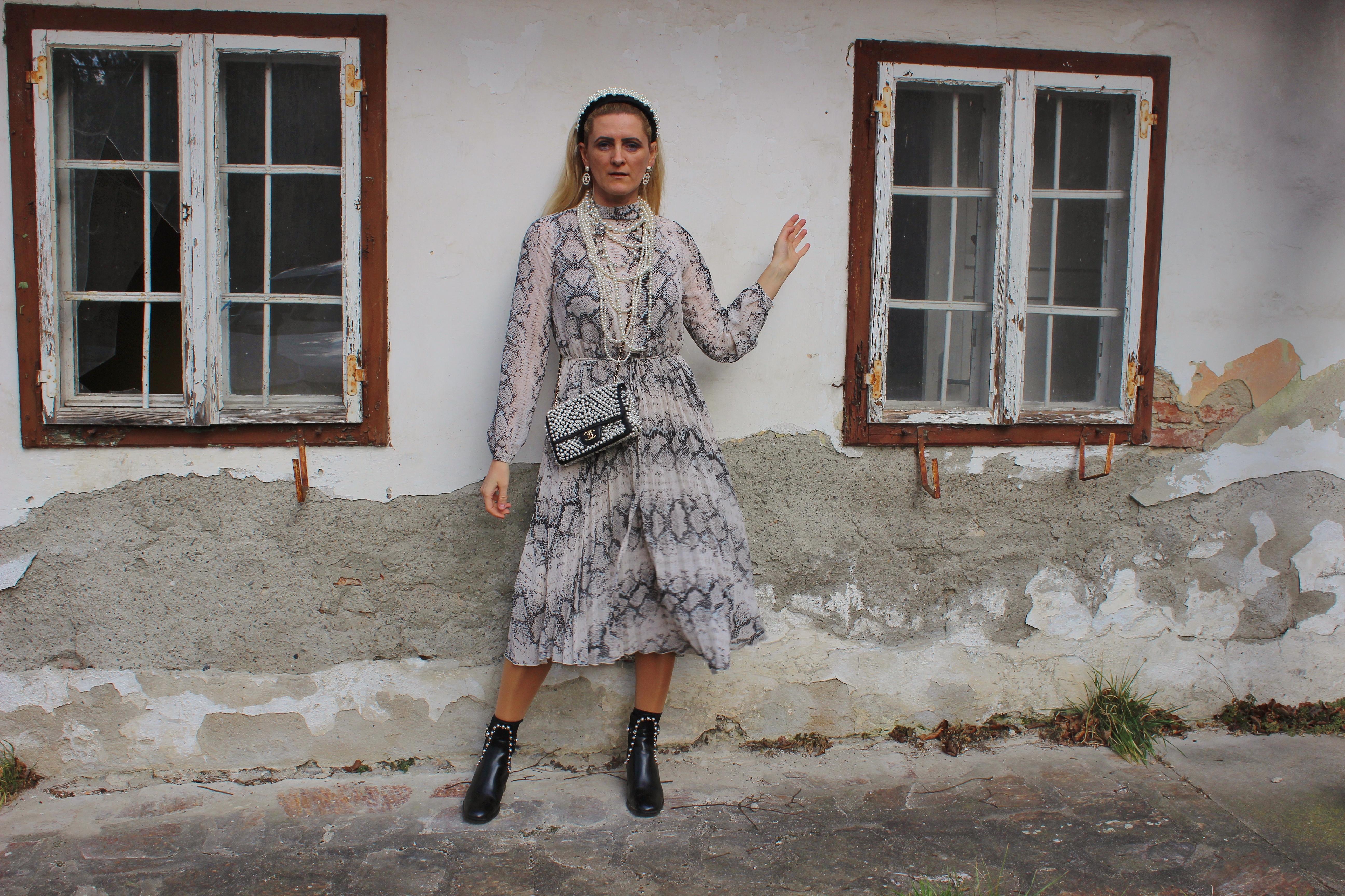 Snakeprint-Maxikleid-Schlangenprint-Kleid-Boots mit Pearlen Chanel Perlentasche Pearlbag carrieslifestyle Tamara Prutsch