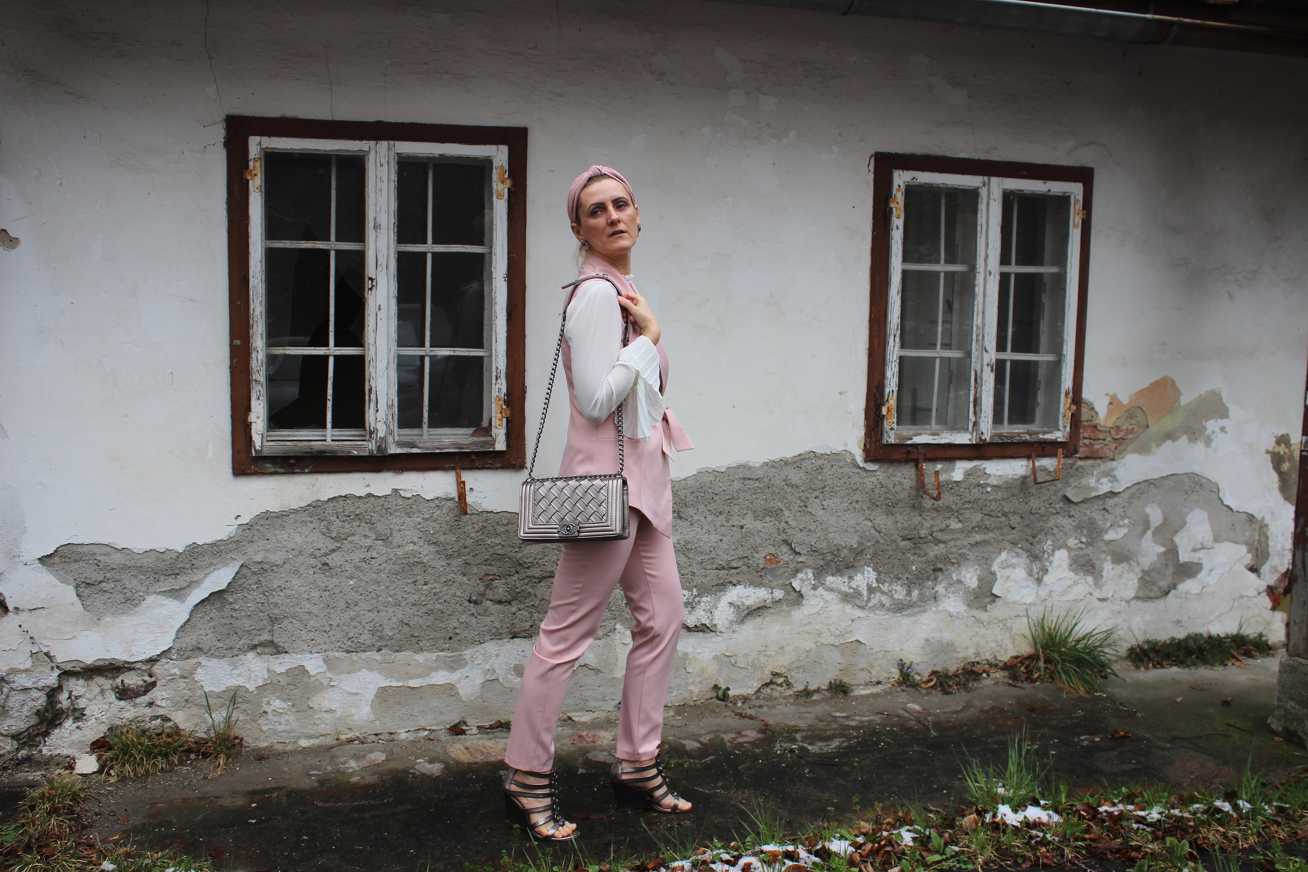 Ärmellose-Blazer-Westen-Trend-Trends2020-Chanel-Bag-Plissee-Bluse-rosa-Hosenanzug-Suit-carrieslifestyle-tamara-prutsch