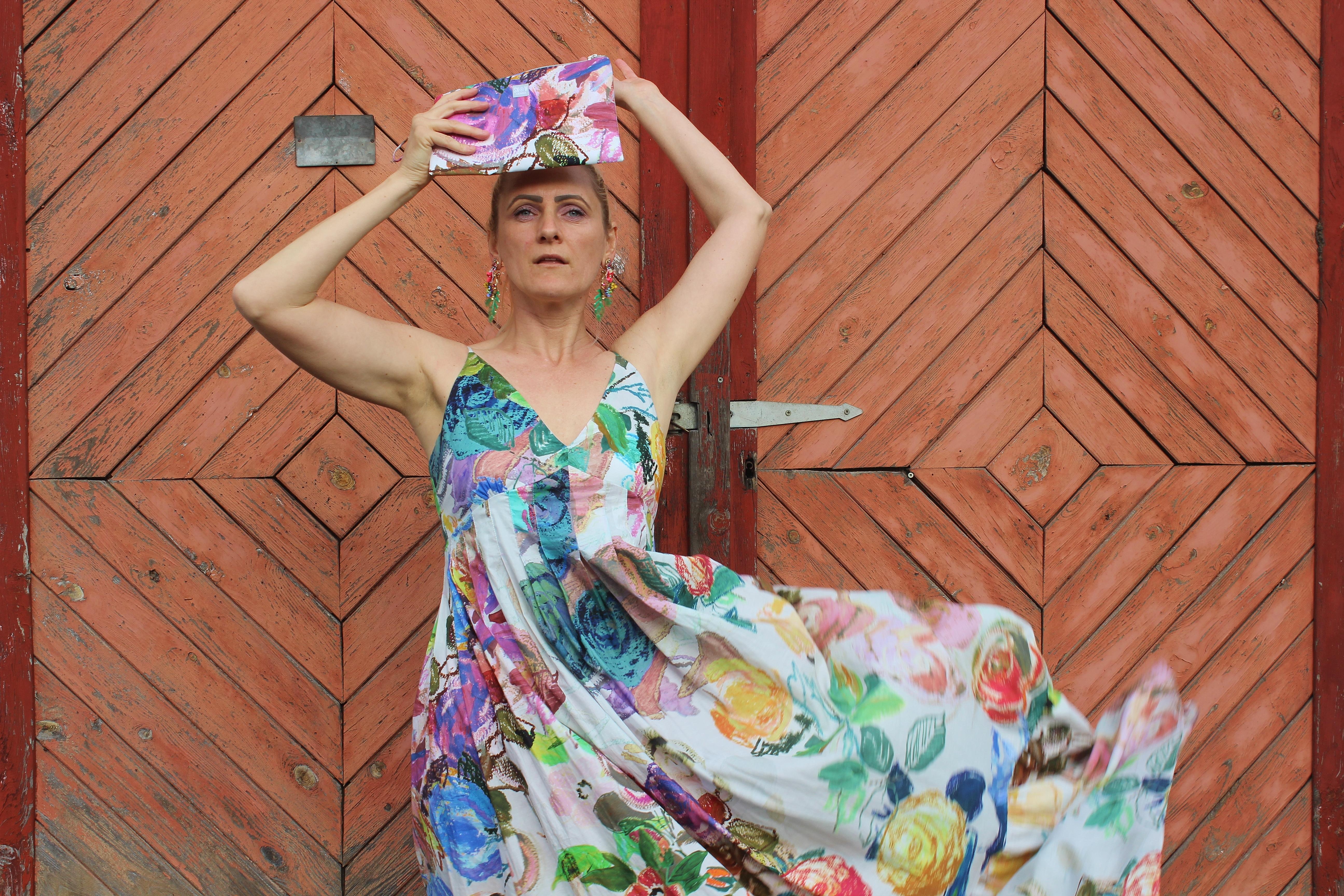 Vanesque-Maxikleid-Snow-Atelier Snow-Wien-Designer-Österreich-New-Kollektion-carrieslifestyle-Saigonese-Floralprint-Dress-Blumenprint