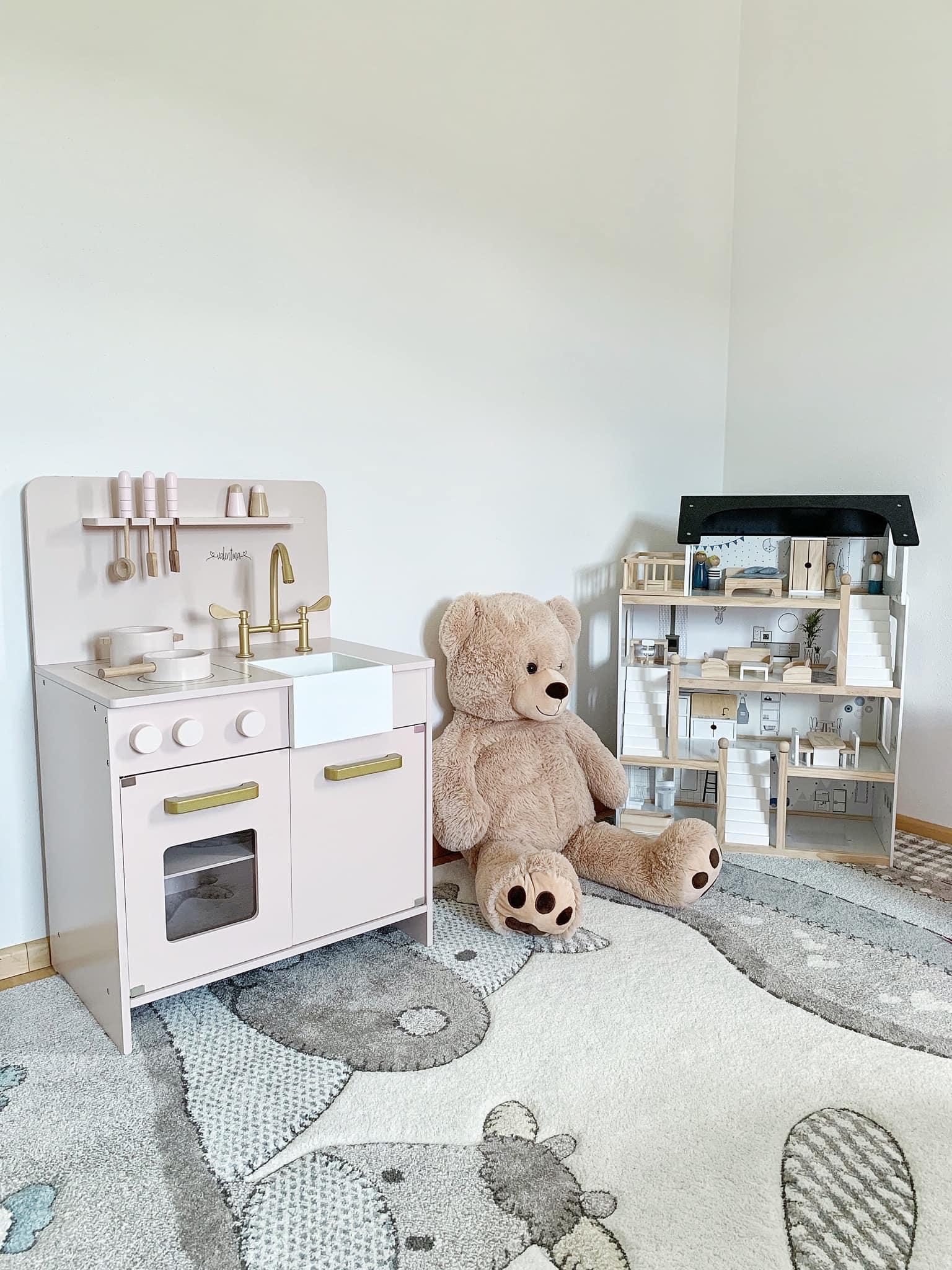 Petite Amelie-Puppenhaus-Spielküche-Retro-Holzspielzeug-Mamablog-Mamablogger-carrieslifestyle-Tamara-Prutsch-Kinderzimmer-Ideen