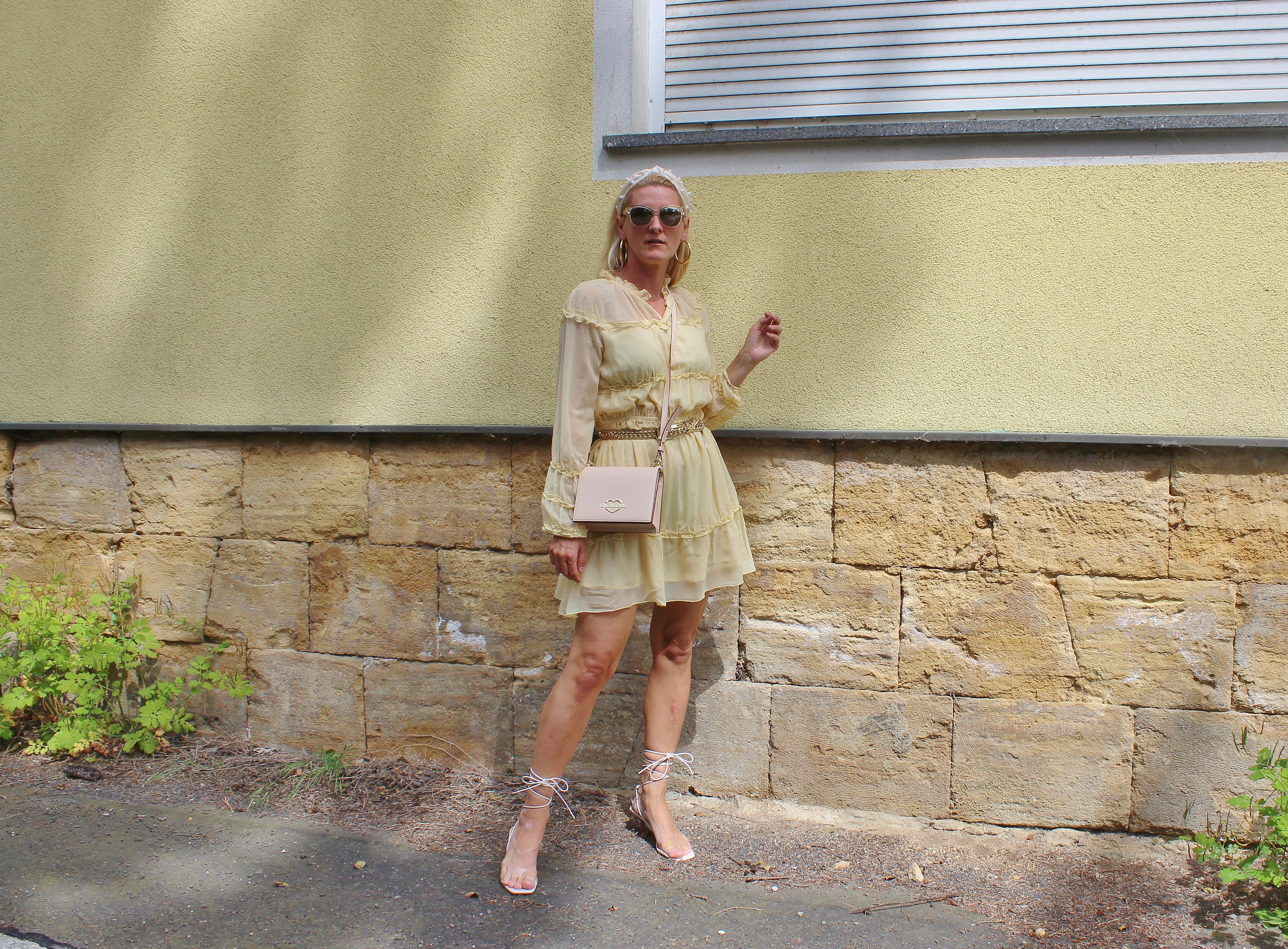 Zitronengelb-Kleid-Sommerkleider-Riemchensandalen-Strappy Heels-Nakd Fashion-carrieslifestyle-Tamara Prutsch-Fashionvimi Tasche-Moschino Love