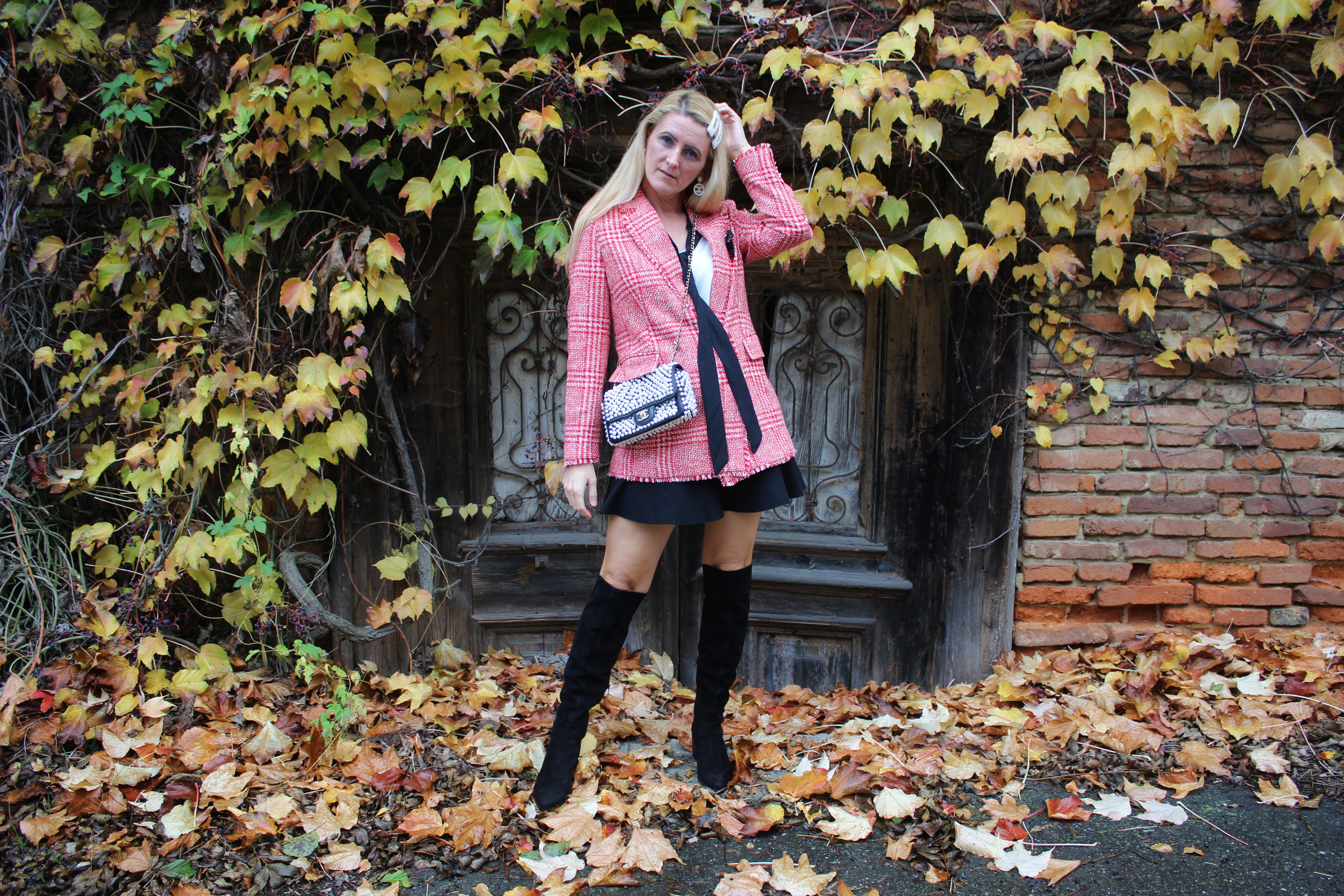 Wie kombiniere ich Overknee Boots-CCC Shoes and Bags-Wildleder schwarz Overknees-Tweed Longblazer-Chanel Perlentasche-carrieslifestyle-Tamara Prutsch