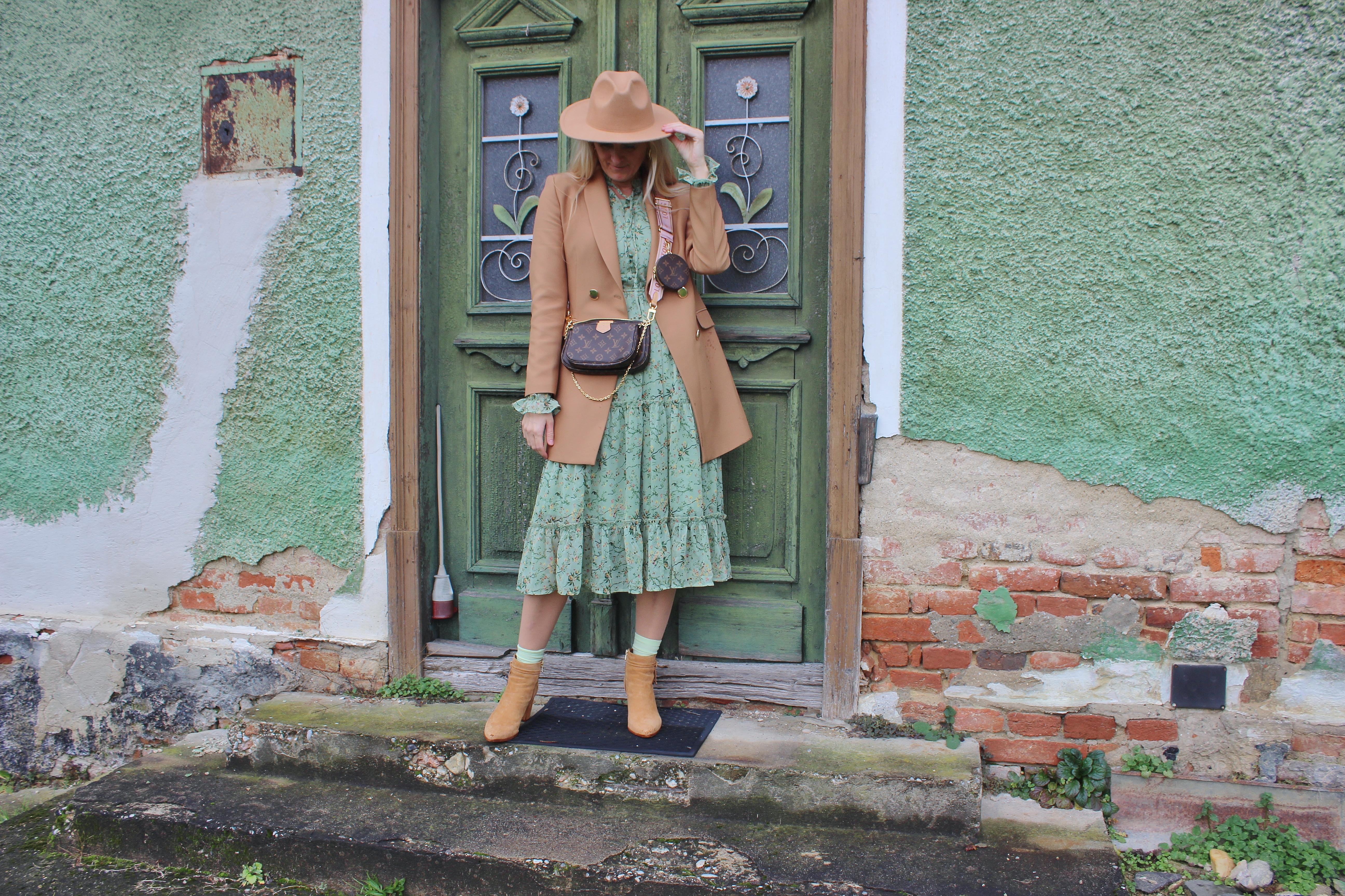 Grünes Midi Blumenprintkleid Nakd Fashion-Cognac Farbige Boots CCC Shoes and Bags-Lasocki Boots-Cognac Blazer-Louis Vuitton Bag-carrieslifestyle-Tamara Prutsch