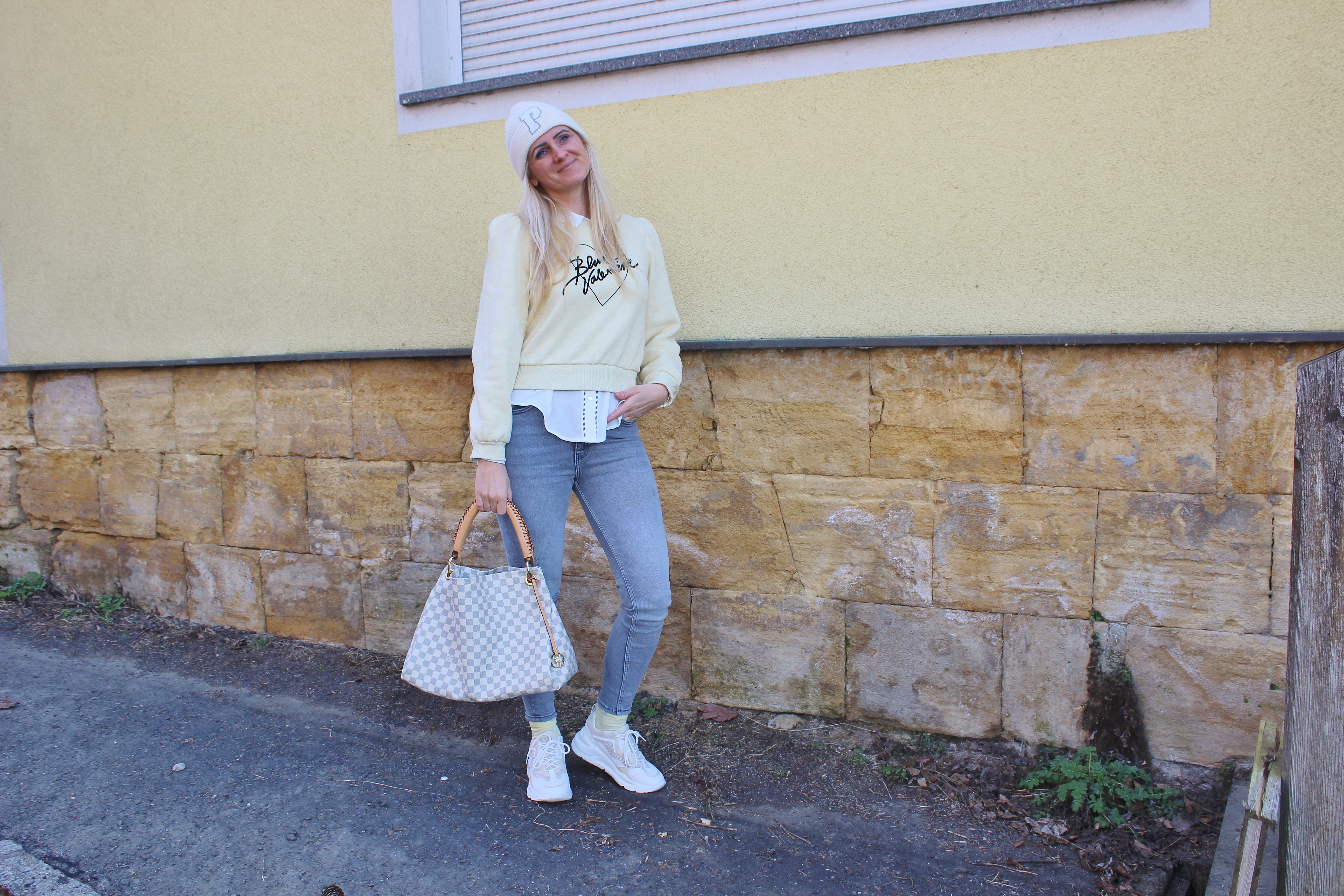 Trendfarben 2021: Ultimate Grey & Illuminating Gelb-Styleguide-Bloggerstyle-CCC Shoes and Bags Beige Sneakers Deezee-Gelber Sweater H&M-carrieslifestyle-Tamara Prutsch